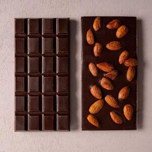 טבלאות של שוקולד מריר שקד טבעוני